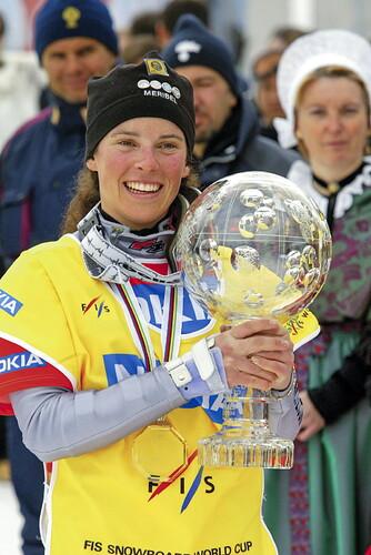 julie-pomagalski-arborant-son-sourire-caracteristique-et-exhibant-l-un-de-ses-globes-de-cristal-photo-office-de-tourisme-de-meribel-1616604513